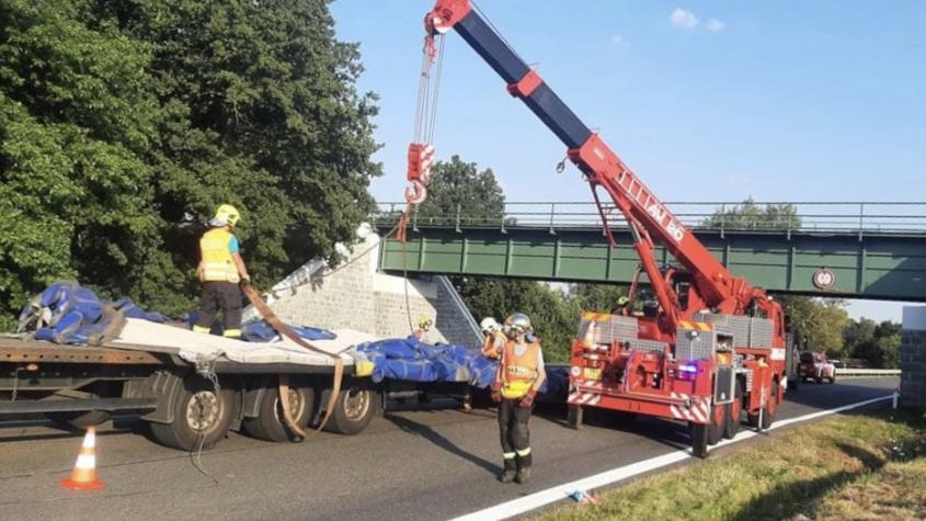 S nákladním vozem se nevešel pod železniční most