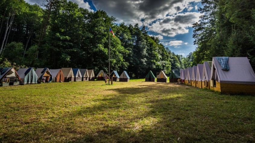 Hygienici otestovali účastníky dobříšského tábora. Drtivá většina se covidem nenakazila