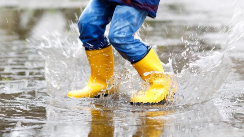 V pátek dorazí silné bouřky s přívalovým deštěm a kroupami, varují meteorologové