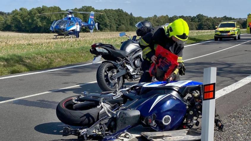 Po střetu dvou motocyklů přistál u Věšína vrtulník