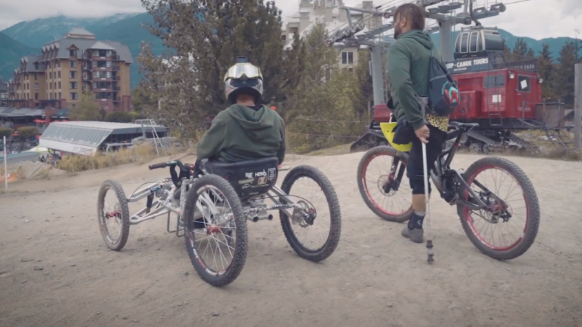 """Projeli na """"kole"""" trasy největšího bikeparku na světě. Jeden je bez nohy a druhý na vozíku"""