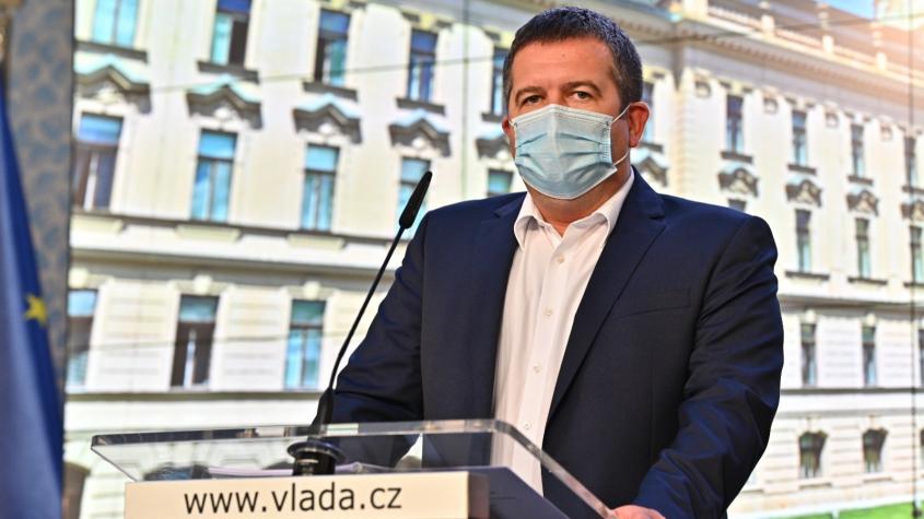 Při 120.000 nakažených hrozí omezení lůžkové péče, říká Hamáček