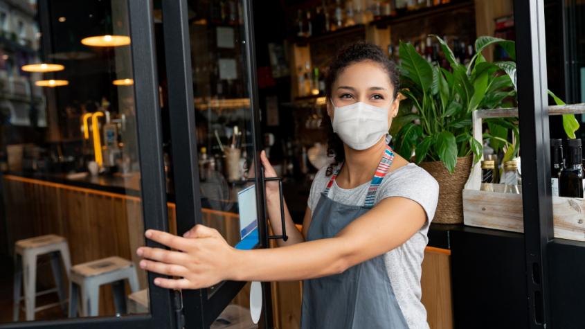Vláda zřejmě omezí otevírací dobu restaurací a barů. Ředitelům škol doporučuje nechat děti tento pátek doma