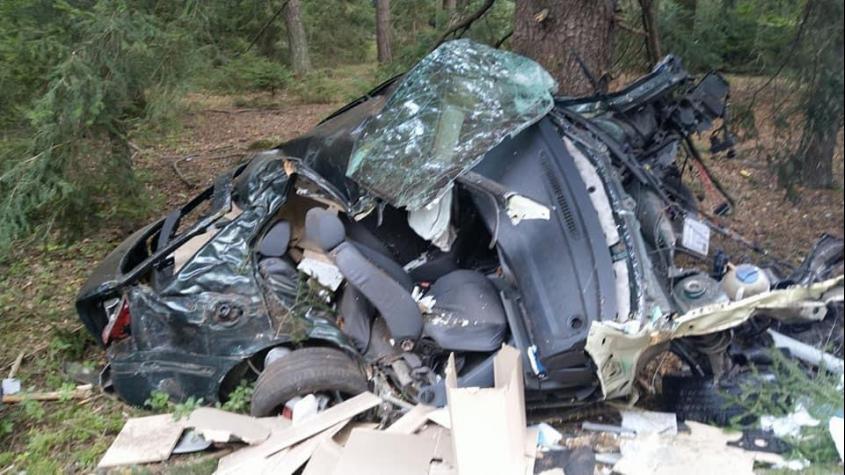 Řidič Octavie se podruhé narodil: Po nárazu do stromu sešrotoval auto a vyvázl s lehkým zraněním