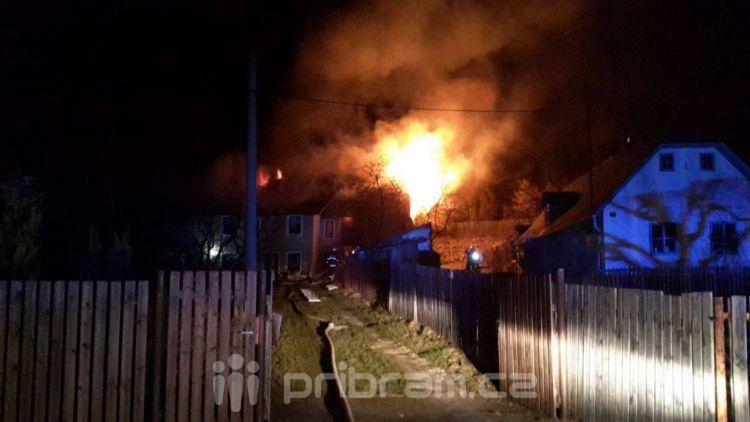 V Žežicích v noci hořelo, na místě bylo 6 hasičských jednotek