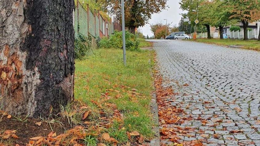 Chodník v Anenské má částečně stopku. V úseku nad nádražím nebude