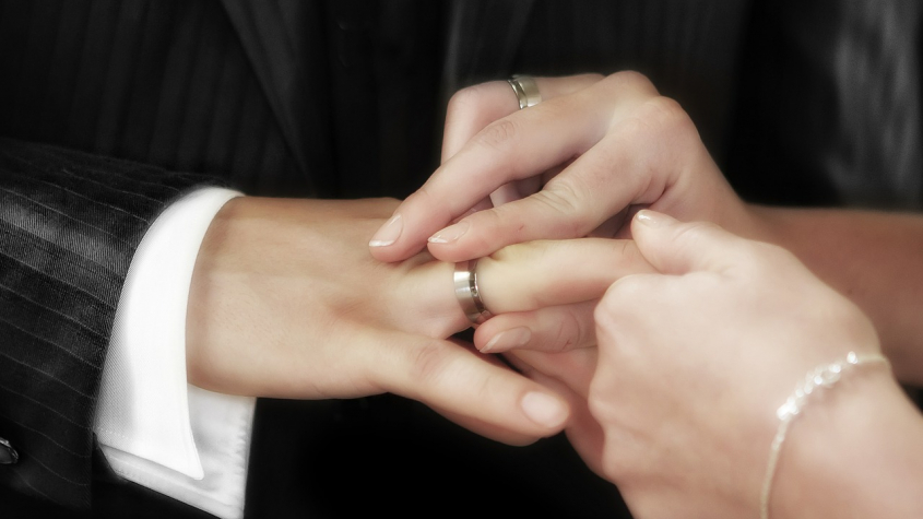 Svatby a pohřby se mohou konat jen s omezeným počtem účastníků