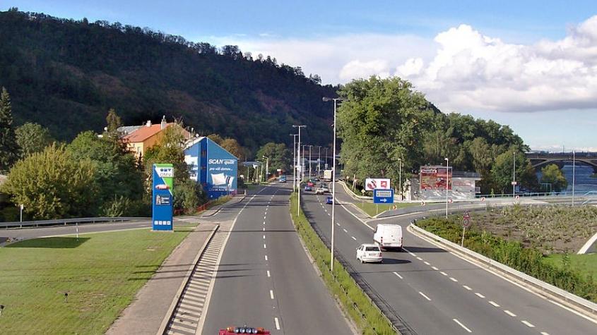 Autobusový pruh na Strakonické dostal zelenou