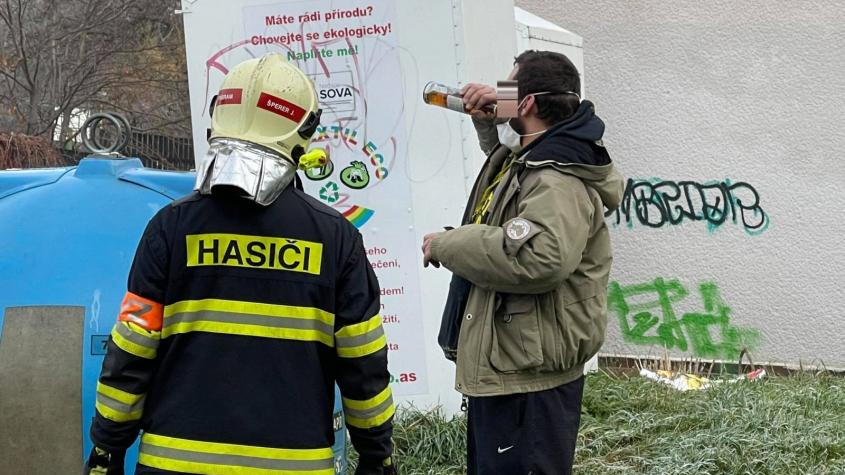 Záchranáři vyjížděli k uvázlé osobě v popelnici, na místě našli muže s lahví alkoholu