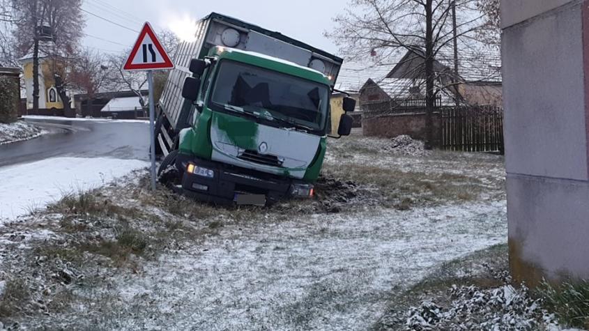 Zledovatělé silnice dělají problémy řidičům, na řadě míst došlo k nehodám
