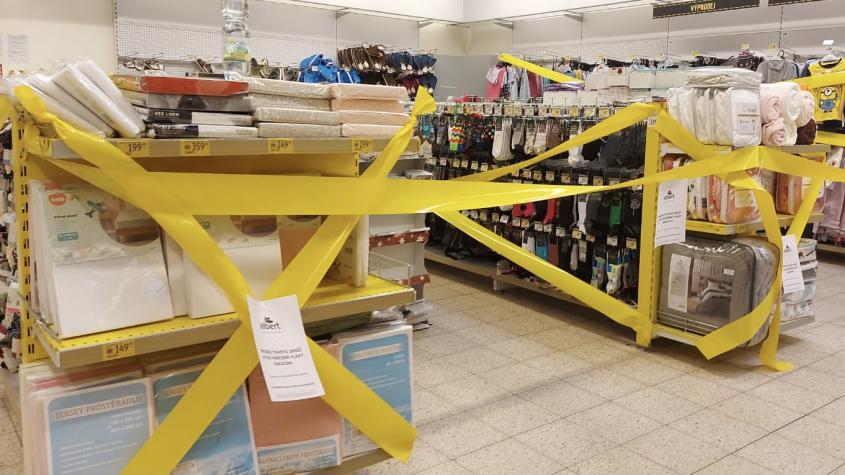 Řetězce v Příbrami znepřístupnily regály se zakázaným zbožím páskou