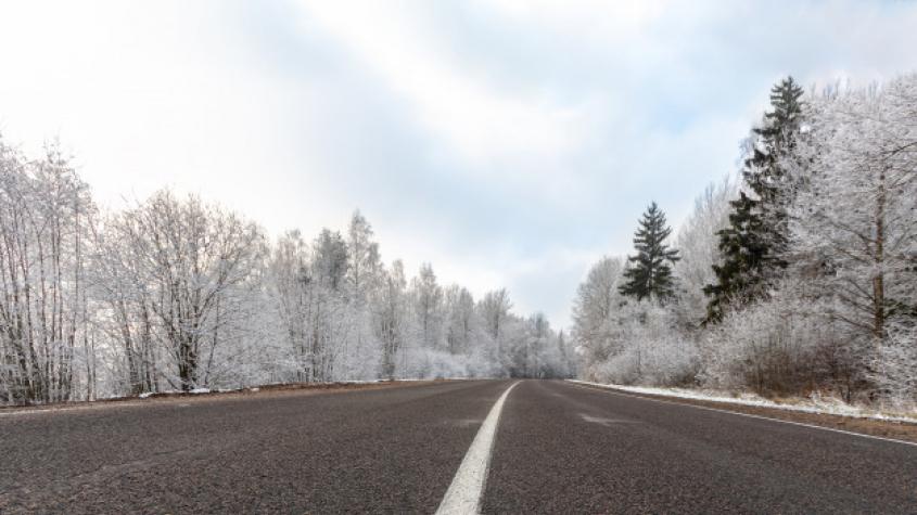 Ve středních Čechách napadl sníh, řidiči by měli být opatrní