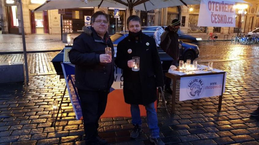 V Praze vznikl na protest proti vládním opatřením světelný řetěz