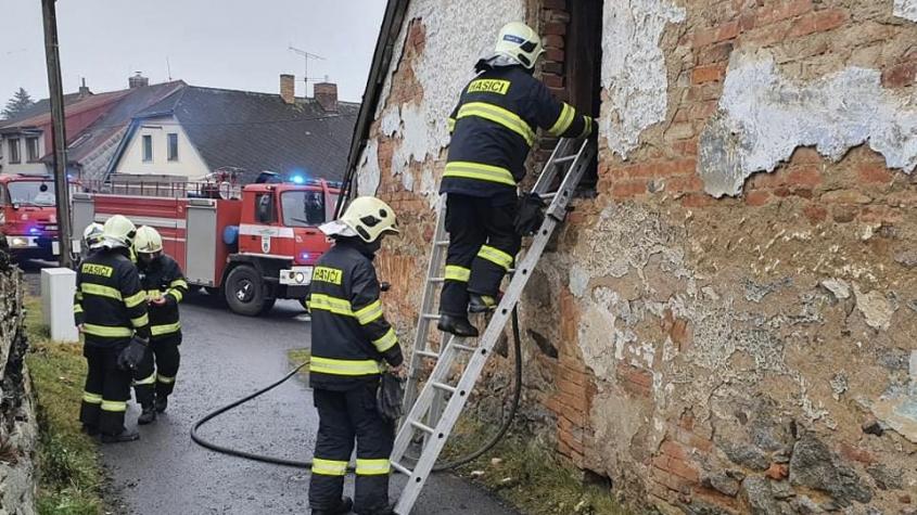 Bezdomovci si na zahřátí rozdělali v rozpadlé budově oheň. Plameny se rozšířily na střechu