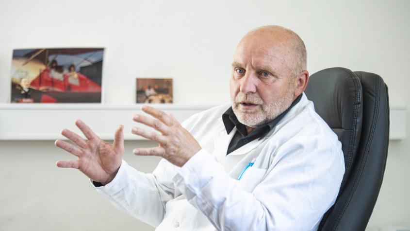 Ředitel nemocnice: Proti očkování neexistují racionální argumenty. Vakcína vyvolá imunitní reakci, ne onemocnění