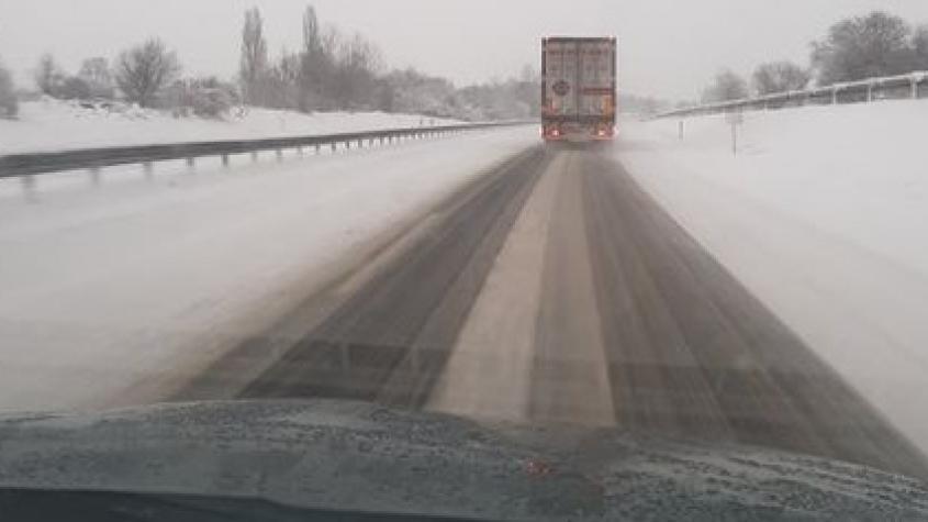 Na středočeských silnicích včetně dálnic místy leží zbytky sněhu