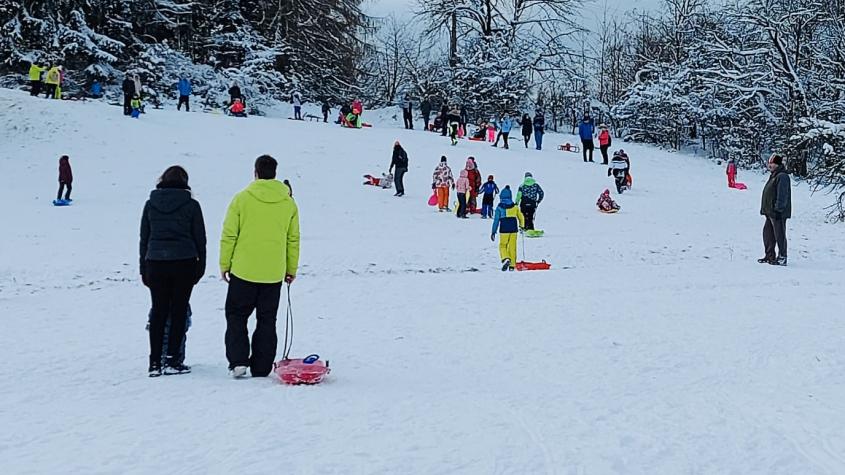 Ideální zimní počasí přilákalo do přírody davy lidí