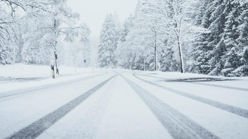 Meteorologové varují před silným větrem, tvorbou sněhových jazyků, sněžením a náledím