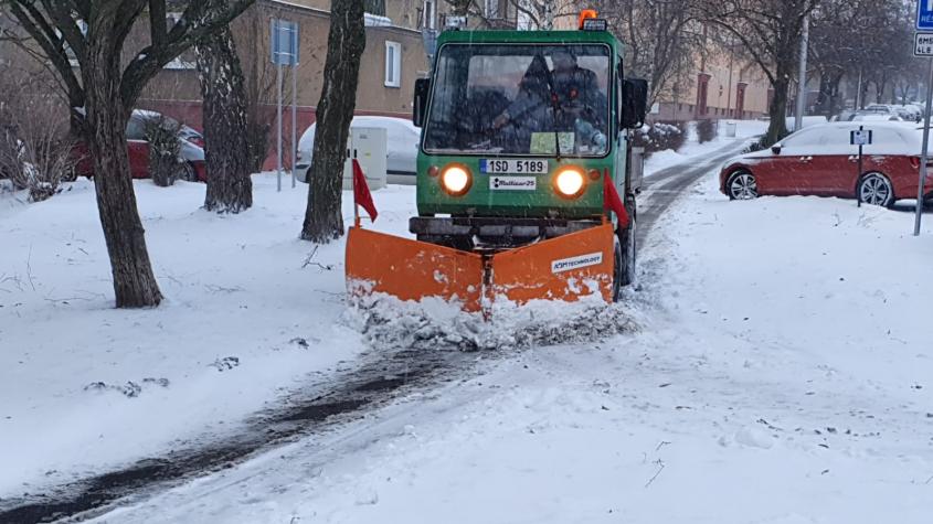 Odklízení sněhu ze silnic a chodníků zaměstnává technické služby. Tvorba sněhových jazyků hrozí až do večera