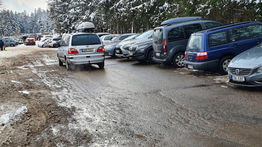 O víkendu zažili obyvatelé Orlova dopravní peklo. Návštěvníci Brd obsadili celou obec parkujícími vozy