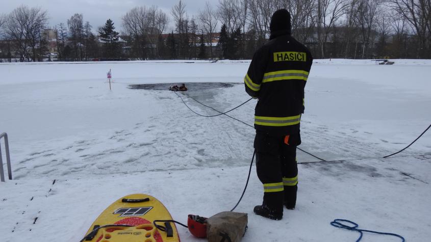 Video: Příbramští hasiči trénovali záchranu osob z ledu