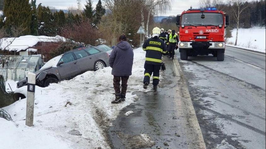 Při předjíždění u Brodu dostala smyk a sestřelila zaparkované auto v protisměru
