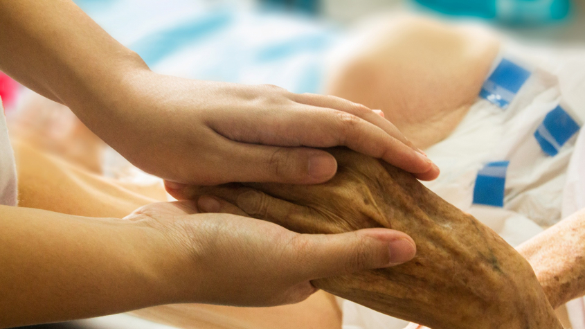 Některá oddělení příbramské nemocnice povolují návštěvy