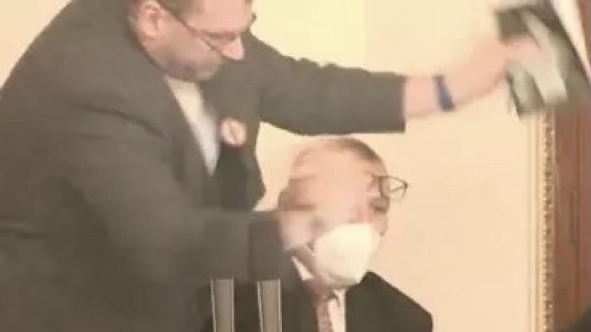 Poslanci se kvůli rouškám poprali ve Sněmovně.  Volný je magor, jeho chování nemá co dělat v kulturní společnosti, uvedl Jurečka