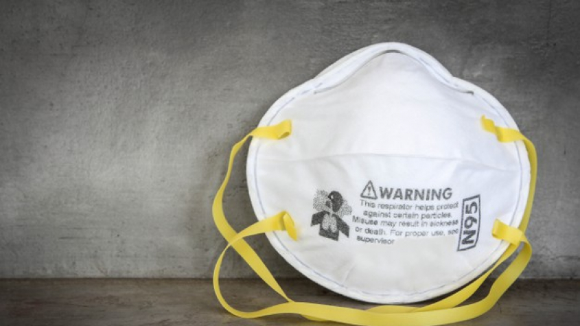Zavedení povinného nošení respirátorů v obchodech a MHD by stálo rodinu až 9000 korun měsíčně