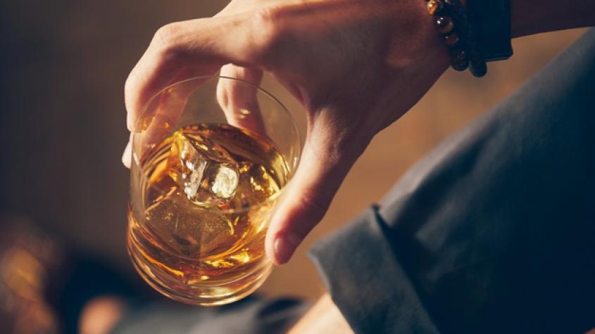 Více Čechů pije v době pandemie pravidelně nadměrně alkohol