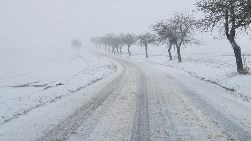 Sledujeme ON-LINE: Sníh a náledí opět komplikují dopravu na silnicích