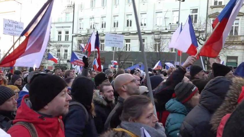 Na Václavském náměstí demonstrují stovky lidí proti omezením