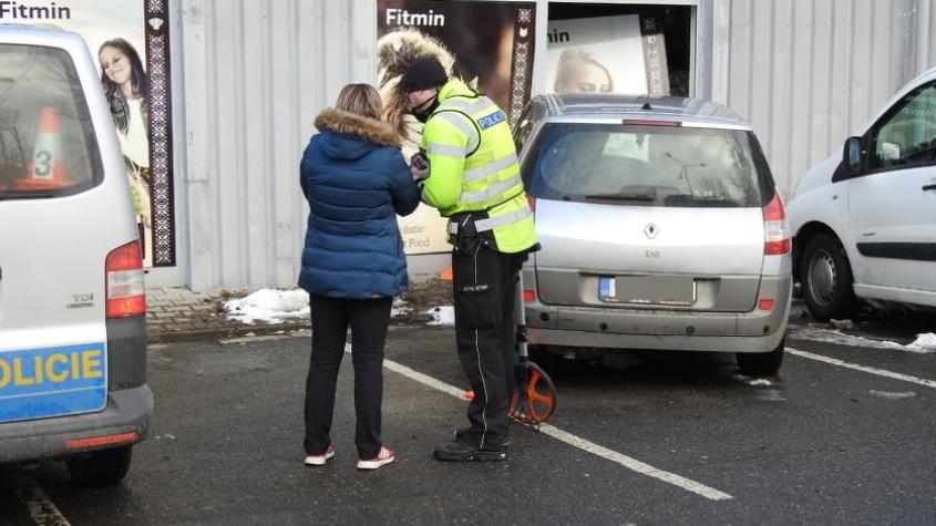 Řidička si spletla pedály a rozbila výlohu prodejny, škoda 60 tisíc