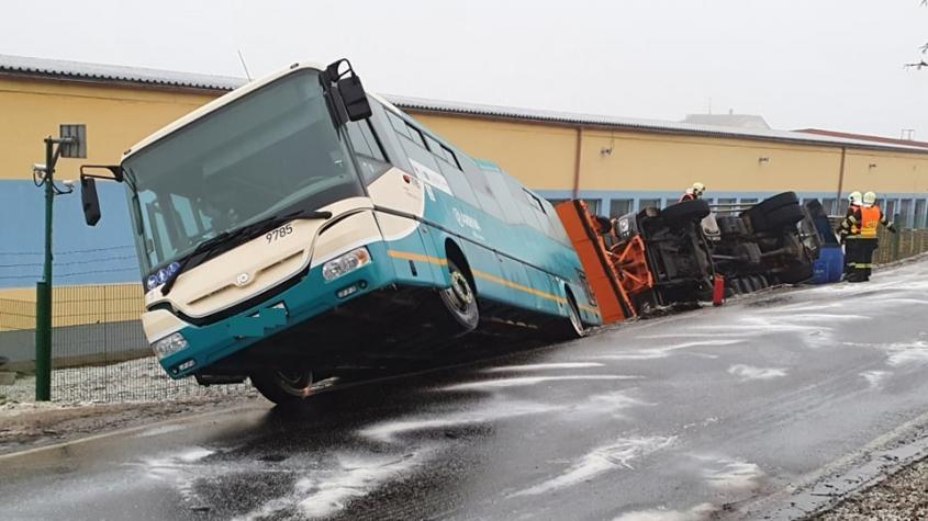 Na zledovatělé silnici havaroval v Příbrami autobus i sypač