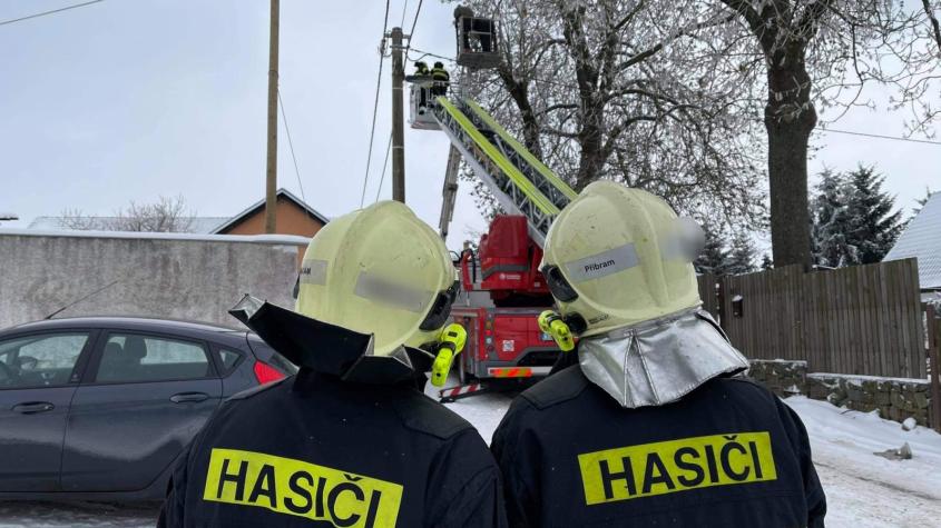 Při odřezávání větví se s lidmi zasekla plošina, na pomoc vyjeli příbramští hasiči