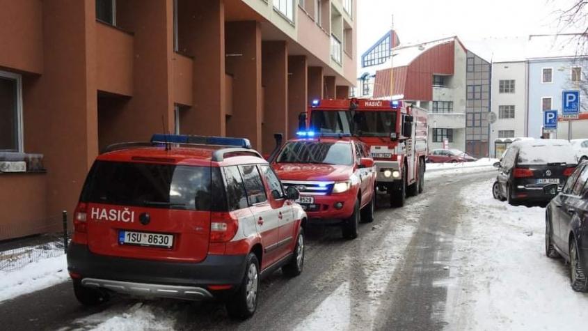 Dvě jednotky hasičů vyjížděly k požáru pračky ve výškové budově