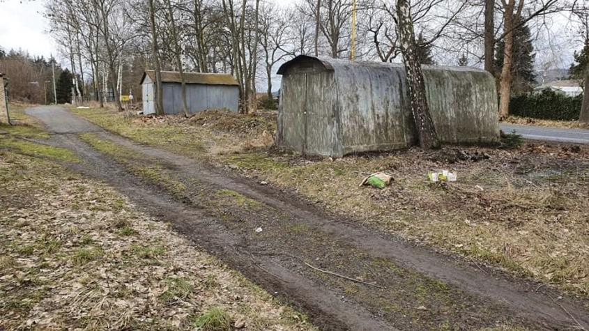 Nahradí rozpadlé garáže v Rožmitálské zeleň nebo parkoviště? Zatím není rozhodnuto