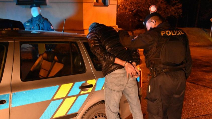 """Opilec si v Březnici """"ustlal"""" na silnici. Policisty ignoroval, na záchytce začal vyhrožovat"""