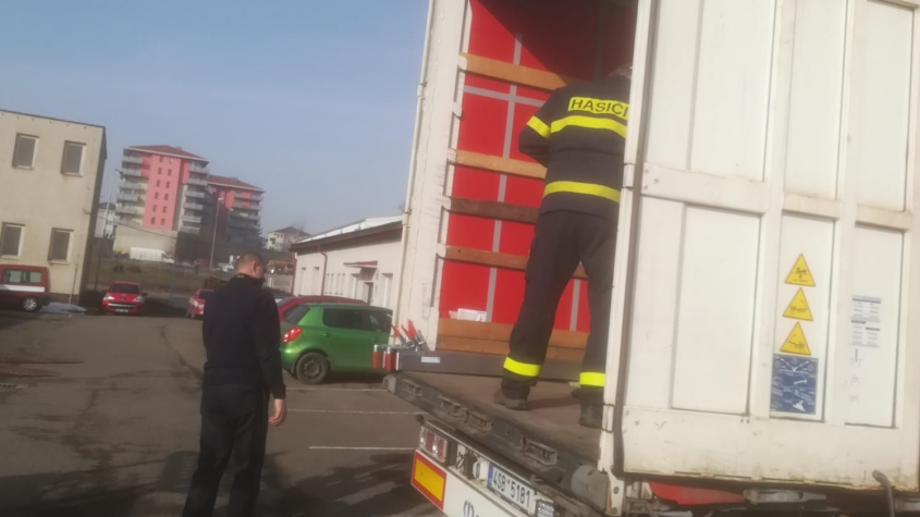 Středočeští hasiči se podílejí na distribuci respirátorů