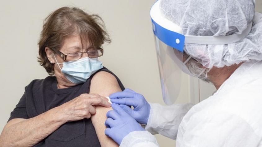 K očkování proti covidu se mohou začít hlásit lidé nad 70 let