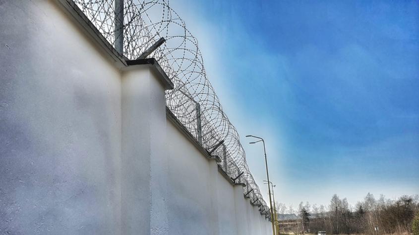 Fotogalerie: Příbramská věznice zvýšila ohradní zeď