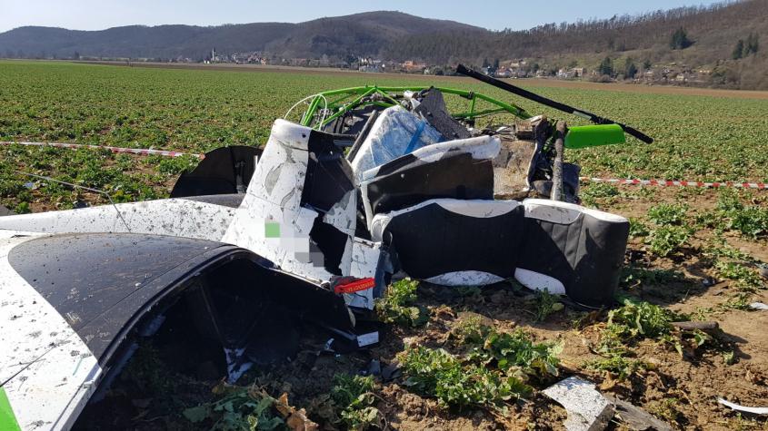 Mezi Dobřichovicemi a Karlíkem spadl vrtulník, dva lidé zemřeli
