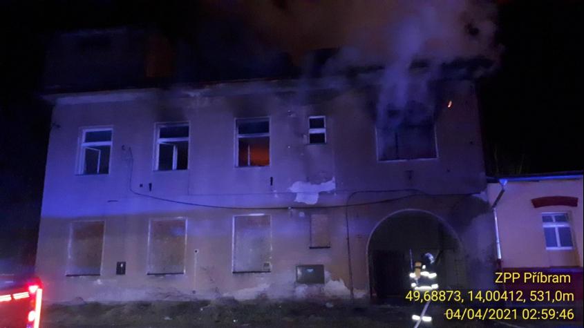 V opuštěné budově na nádraží kdosi rozdělal oheň, zaměstnal šest hasičských jednotek