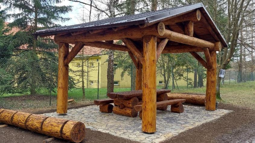 Odpočívadlo doplní dřevěná socha, lesní hřiště i detailní mapa CHKO Brdy