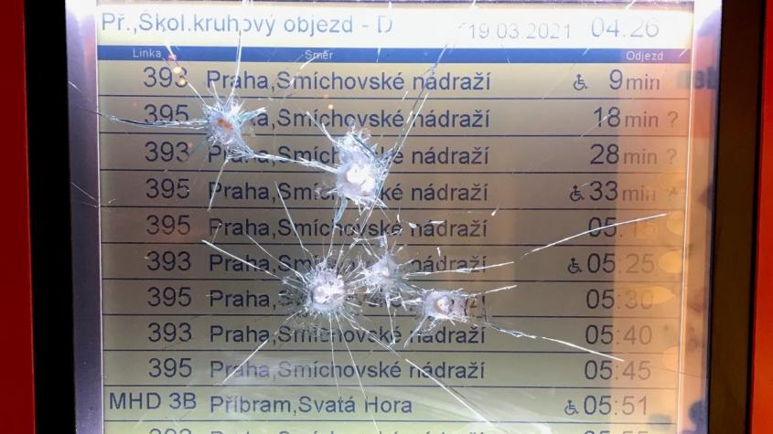 Vandal se zaměřil na autobusové zastávky. Lidská tupost je nedozírná, řekl starosta