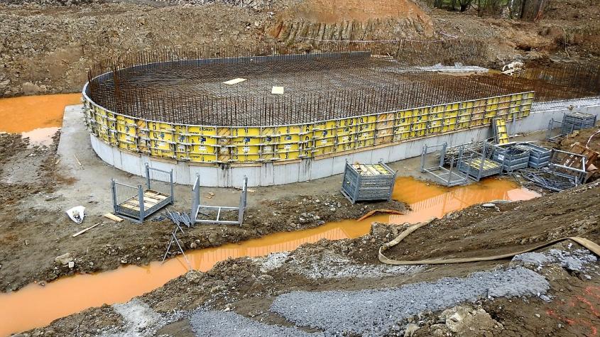 Práce na hrázi Vysokopeckého rybníka jsou v plném proudu
