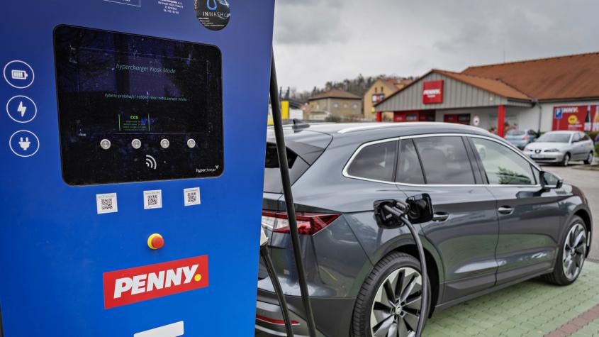 Dobít elektromobil během nákupu půjde i v Příbrami