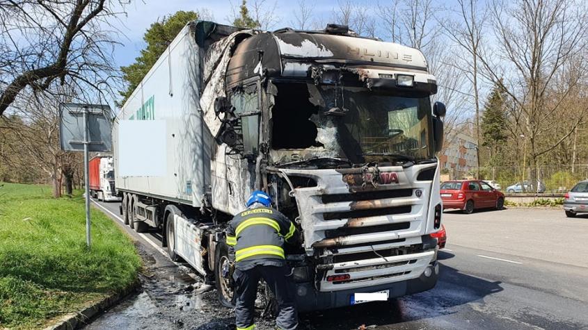 Čtyři hasičské jednotky vyjížděly k požáru kamionu do Dobříše