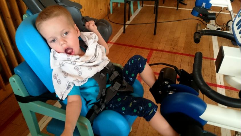 Rodina těžce nemocného Káji potřebuje pomoc. Malému bojovníkovi zkomplikovalo život osm minut bez kyslíku