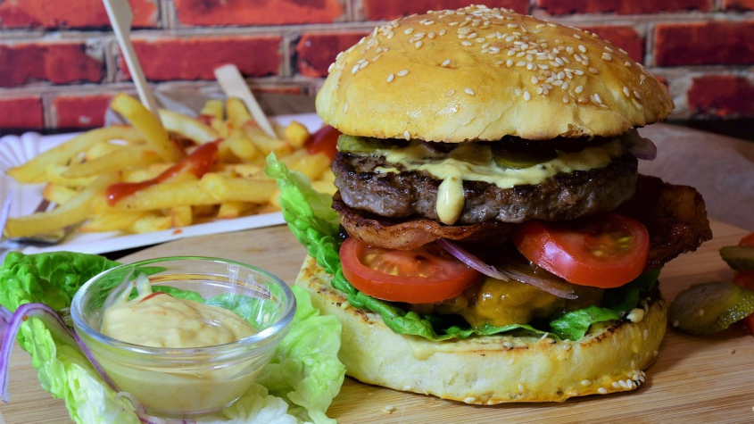 Dnes je Mezinárodní den burgerů. Slavit mohou i vegetariáni